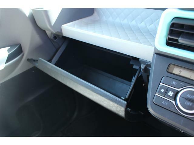 助手席前には、車検証や書類等の収納場所に最適なグローブボックスがあります☆