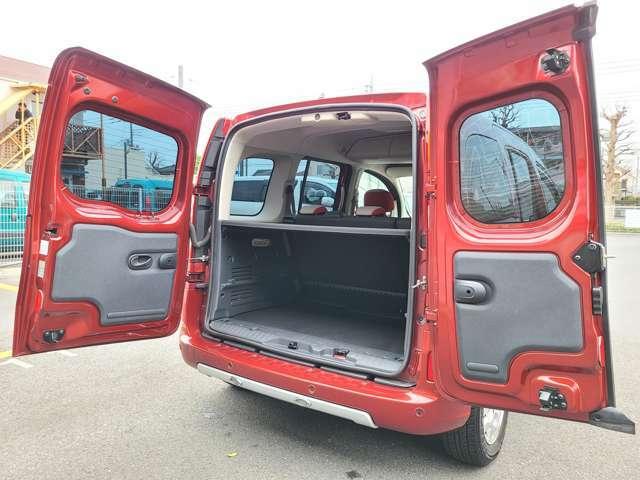 開口部が広く、荷物の出し入れがしやすいダブルバックドア!カングーの特徴的な装備の一つです!