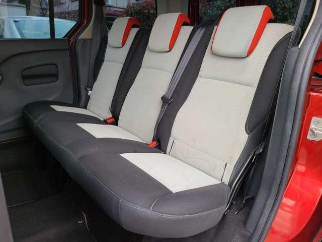 三人座っても窮屈感のない後部座席!ご家族、ご友人とのドライブも快適!