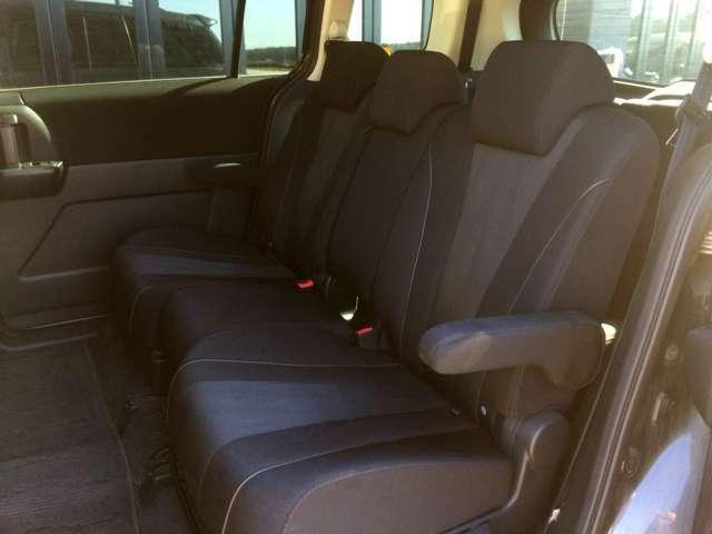 シートアレンジ多彩な、特等席の広々2列目! 左右座面の下にアタッチメントが収納されております!