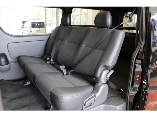 セカンドシートは3人乗り3点式シートベルトも標準装備!!