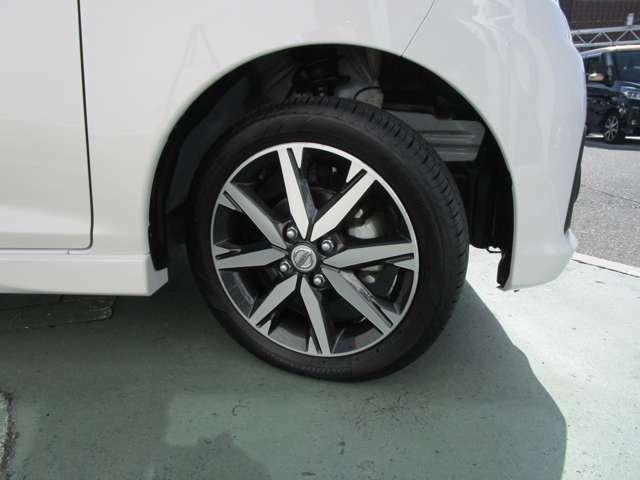 上位モデル専用の15インチアルミホイール!タイヤも良い状態です。