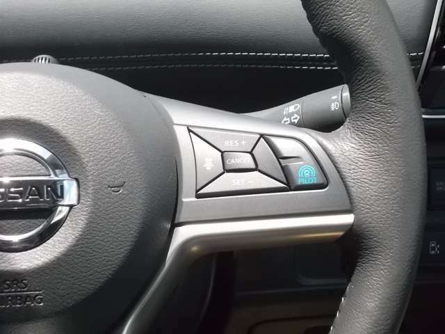 プロパイロット搭載!セレナがアクセル、ブレーキを自動でコントロールして前のクルマとの車間距離を保つ手助けをします。