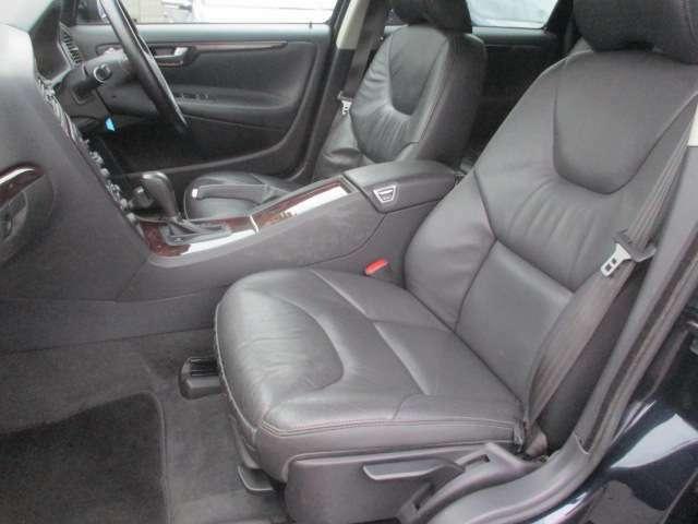 運転席・助手席共にシートヒーターも完備されており、寒いシーズンには嬉しい装備です♪シートに焦げ穴等も無くキレイな状態になっております♪センターコンソールには小物入れも完備されおり使い勝手も良好です♪