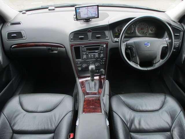 内装はブラックレザーシート&ウッドパネルが使用されており高級感のある車内になっております♪シートヒーターも装備されております♪パネル類に目立つキズや汚れ等も無くとてもキレイな状態です♪