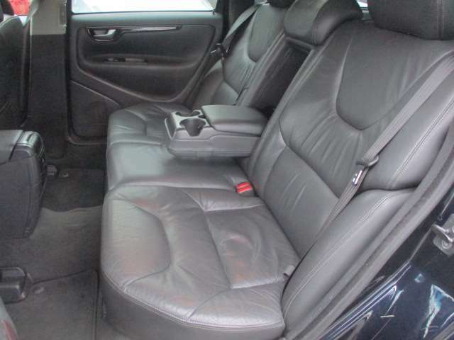後席の本革シートもキレイな状態です♪シートは座面も大きく座り心地も良好です♪中央部の背もたれを倒せば肘置きが装備されております♪汚れがちなフットマットもキレイな状態です♪