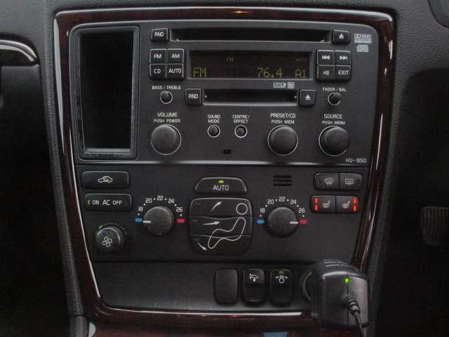 シートヒーターが装備されております♪センターパネルにございますこちらのスイッチで操作が出来ます♪エアコンは左右独立型になっておりますので、運転席と助手席で別々の温度調節が可能です♪