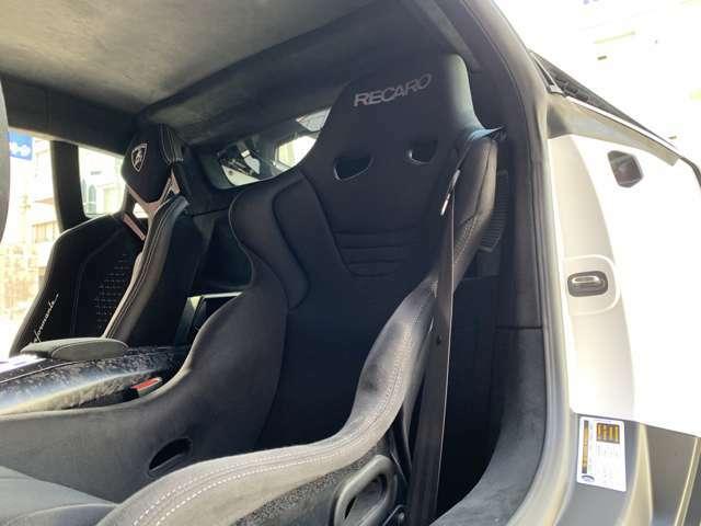 ルーフライニング and Aピラー in Alcantara 現在運転席にレカロシートが装備されていますが純正シートもございます