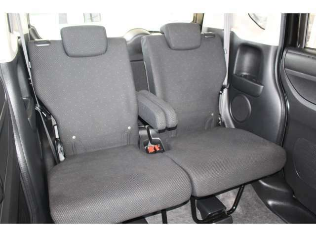 後席シートももちろん足下広々で快適♪収納式のアームレストも装備しており、後席の方もユッタリおくつろぎいただけます♪是非一度実際にご覧になってください!