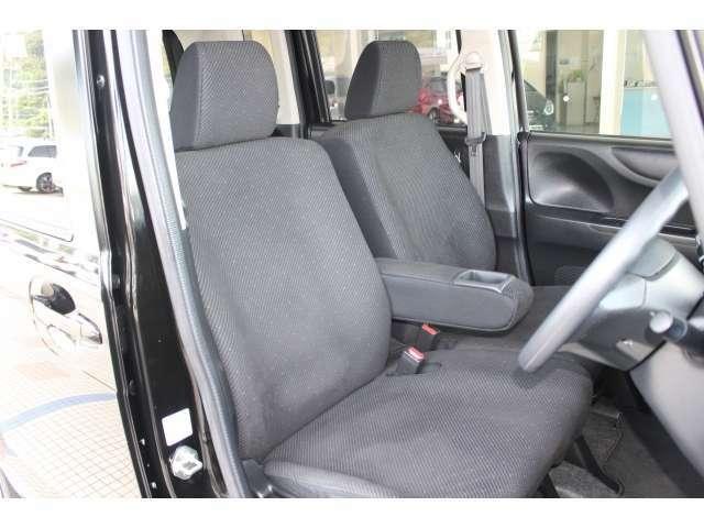 充分な広さを確保した、快適な前席!特に足元の広さをおわかり頂けますか?インテリアカラーはスポーティなブラックです♪アームレストも付いて、リラックスした姿勢で運転していただけます♪