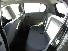 この走行距離ですので、シートも綺麗な状態です。後部座席の足元も余裕があります。