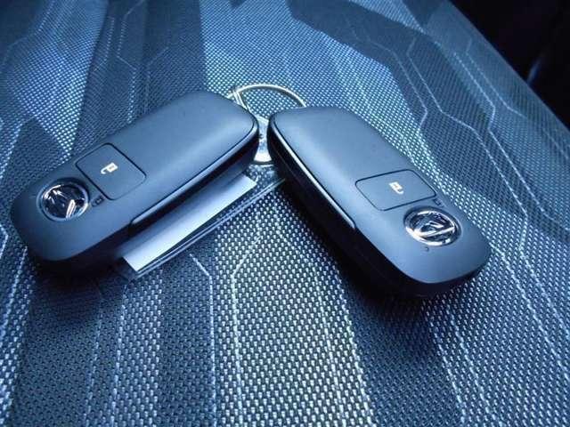 バックやポケットに携帯しておけばキーを取り出すことなく、エンジン始動・キーの施錠・解錠が出来るとても便利な装備です。