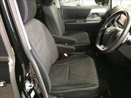 運転席はブラックを基調とした厚手の布地を採用しています。座り心地やサポート感も良好です。また、禁煙車でルームクリーニング&除菌処理済みです。安心してお使いください★☆★☆★