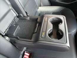 リヤシートセンターアームレストです。カップホルダー、充電用USB端子が装備されています♪♪♪