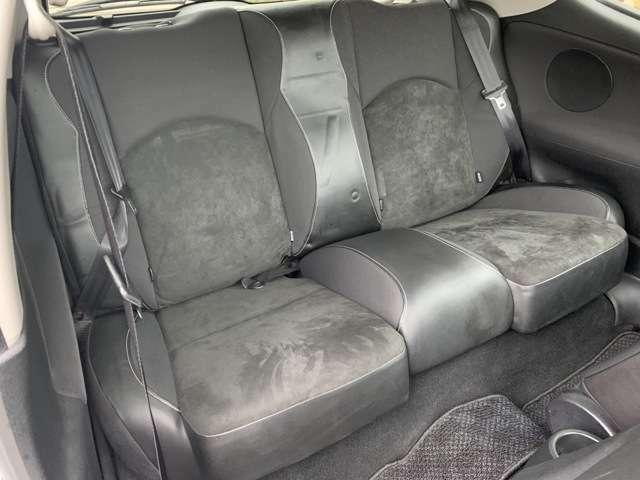 後部座席も汚れも比較的少ない状態です♪コンパクトカーですが足元が広くゆったり乗ることができます♪長時間乗車しても疲れを感じさせません♪