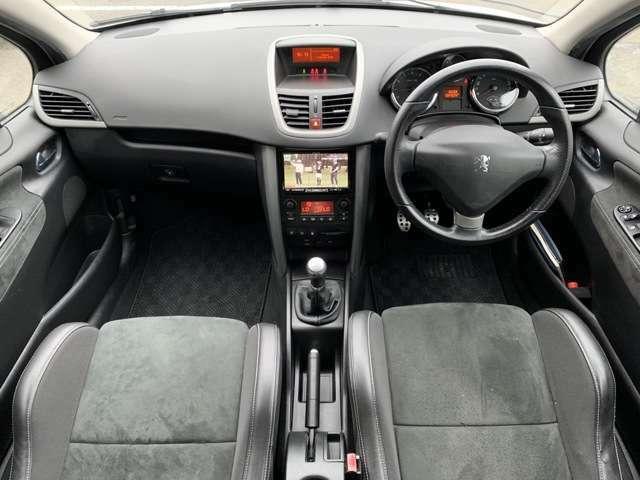 車内はご覧の通り清潔感のある室内でございます♪スイッチ類などもシンプルな操作のしやすいものですので機械が苦手な方でも安心ですね♪
