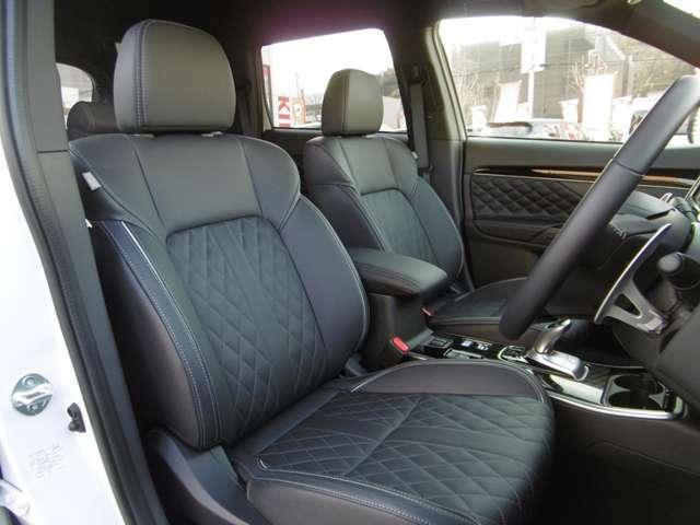 ゆったり座れる運転席・助手席シート!シートヒーターも装備!