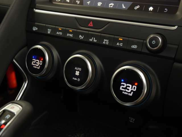 エアコンは左右独立のデュアルオートを採用。運転席と助手席温度を独立して調整できますので、便利にお使いいただけます。
