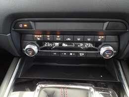 運転席、助手席に3段階調整式のシートヒーターを装備。また、ステアリングにもヒーターが付いてます。オさらに左右別々の温度設定が出来るので自分好みの温度調整が可能です♪