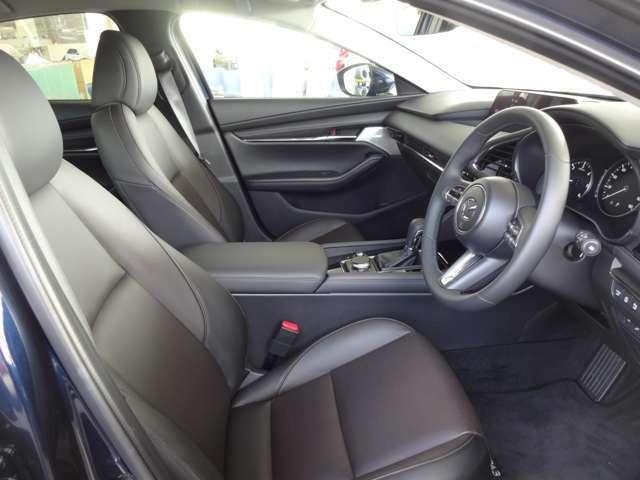 フロントシートはフィット感とホールド性能を両立させ今までになく快適にドライブを楽しんでいただけるシートです。