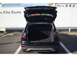 通常でも445Lの大容量を確保。後席の背もたれを倒せばさらに広大なスペースが確保できます。