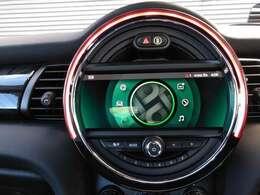 純正8.8インチナビ付!センターパネルで見やすいです!廻りのLEDイルミネーションで車内を演出しますよ♪