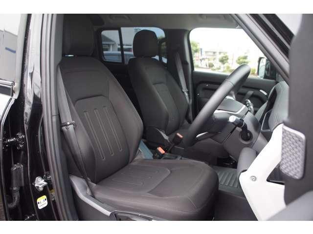 タップリしたサイズのフロントシートはシートヒーターが装備され、リクライニングはパワーアジャストになっています。
