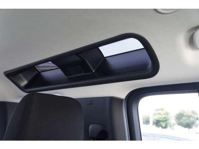 伝統のアルパインウィンドウも装備、後席にも明るい陽射しが差し込みます。