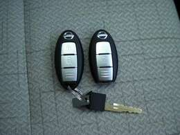 インテリジェントキーはポケットの中に入っていてもドアのボタンを押すだけで開け閉め出来るのでとても便利です。