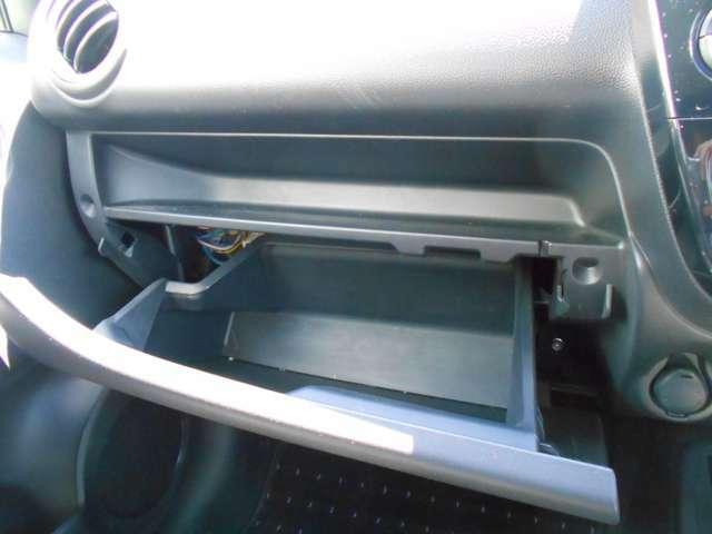 助手席前には小物入れを装備!CD等の収納に便利ですね!