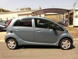 小さくて小回りの良い、ミッドシップエンジン/後輪駆動の軽自動車です