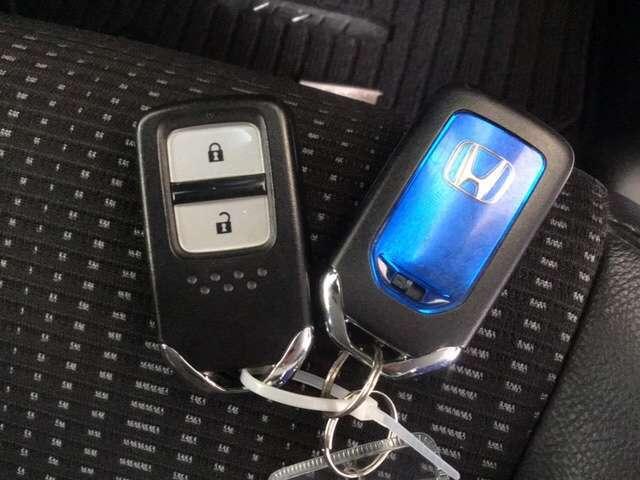 カバンに入れたままでも、ドアの解錠・施錠、エンジンスタートが可能なスマートキーは2個セットです。
