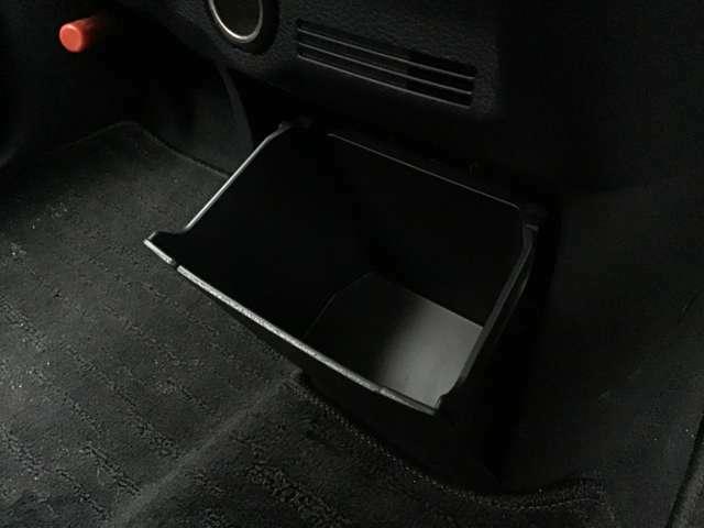 足元には底が深く小物をしっかりと収納できるロアボックスがついています♪