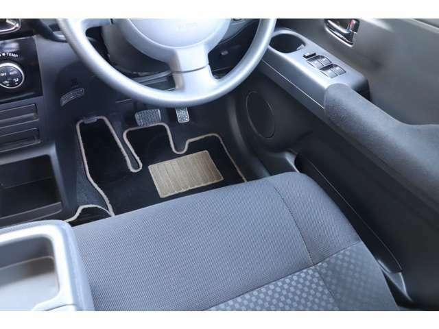 運転席になります。走行距離に比例してシート状態もヘタリが少なく、切れ等もございません。禁煙車です。