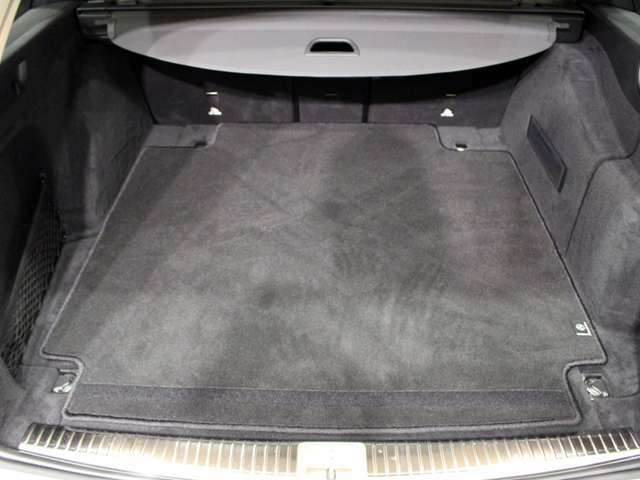 メルセデスの認定中古車には、最大100項目にも及ぶ点検・整備項目が設定されています。