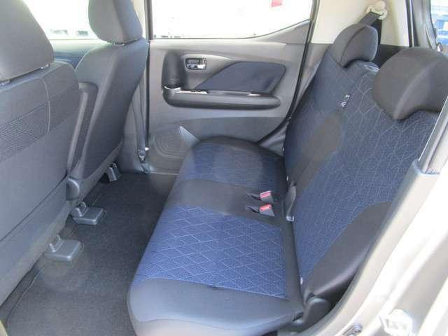 リヤシートは左右分割スライド調整可能で、ゆったり座れます!