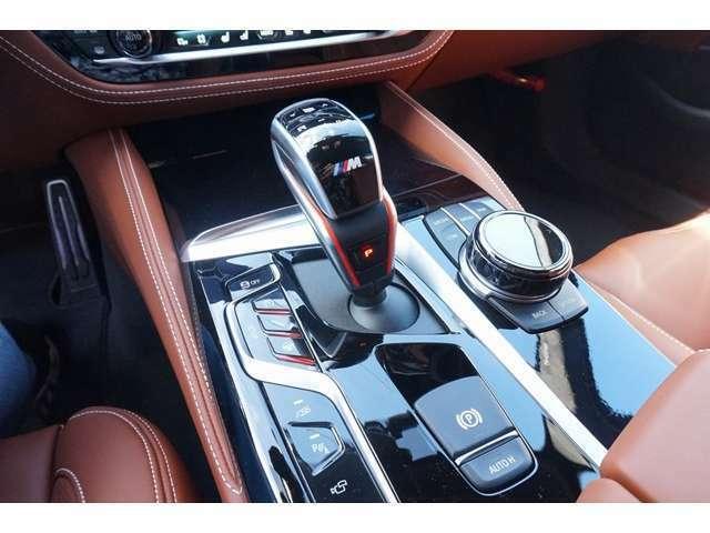 (OP)セラミック・フィニッシュ 音量調整および空調のスイッチに施されたエクスクルーシブなセラミック仕上げが、車内をひときわ上質な空間として印象づけております。