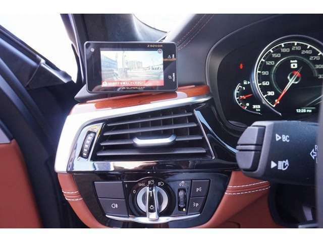 ユピテル指定販売店モデル レーダー&ドライブレコーダー BMWヘッドアップディスプレイ(シフトチェンジのタイミングを知らせるライト付きのダイナミック・レンジ・カーブ)で表示。