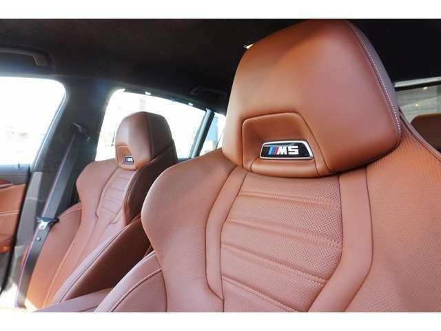 ■Mマルチファンクションシート M5のエンブレムが輝くMマルチファンクションシート(運転席&助手席)にも、このモデルのスポーティな個性が反映されております。リアシートにもシートヒーターを標準装備。