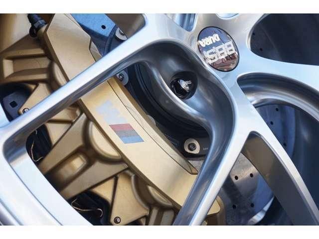 (OP)Mカーボンセラミックブレーキシステム (耐熱性およびダイナミックスに優れているブレーキシステムは加速性と俊敏性を実現し軽量化されておりマットゴールド仕上げとなっております。