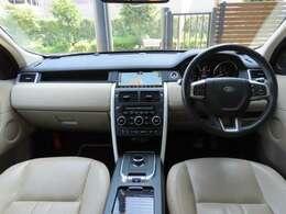 室内は上質なアーモンド。HSEはグレインレザーシートとなり、10wayメモリ付電動調整シート・シートヒーターを備えております。