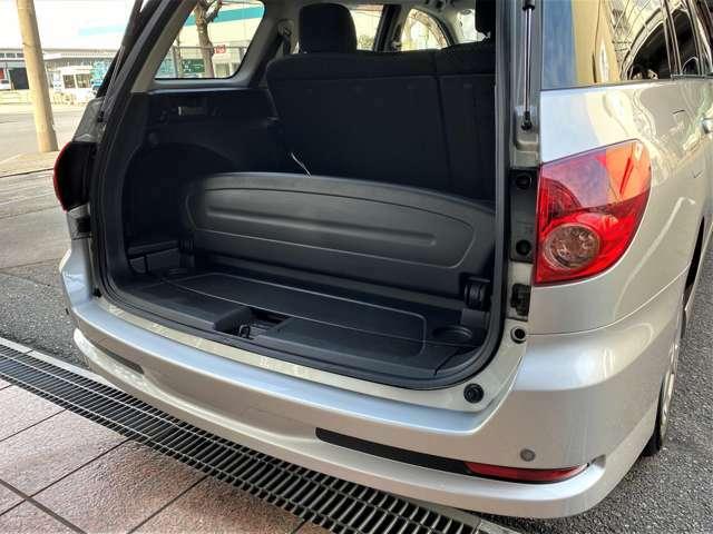 ■ユニークな装備のベンチ♪ 停車中にハッチバックゲートを開け、荷室の床を後ろ向きのベンチとして使える、格納式の背もたれが付いています♪