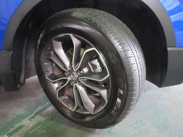 タイヤは ブリヂストン DUELER H/L 6分山程度 2020年製がついています。そして足元を精悍に引き締めるホンダ純正18インチアルミホイール、おしゃれは足元から、カッコイイですね!