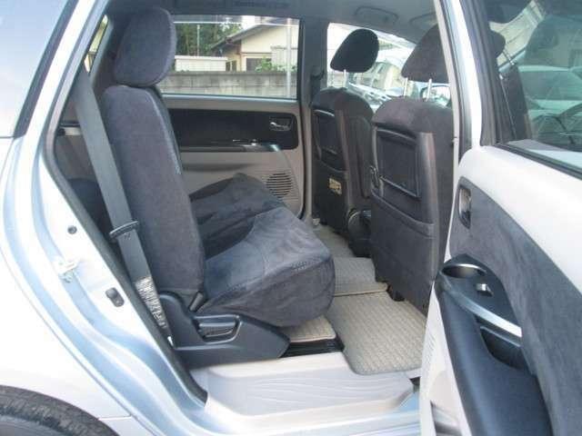 友達や家族を乗せる後席シートも広々♪後席の左右ドア部分にもドリンクホルダーが付いているので便利です。