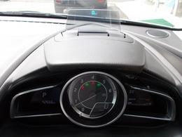 エンジンONでメーターフードの前方に立ち上がり、車速やナビゲーションのルート誘導など走行時に必要な情報を表示するアクティブドライビングディスプレイ付き♪