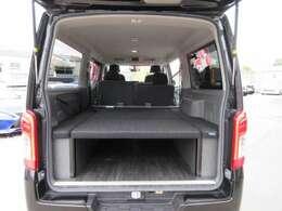 トランク部には、社外ベットキット搭載済み♪ 大人気のスタイルとなります♪ 車中泊にピッタリですね♪