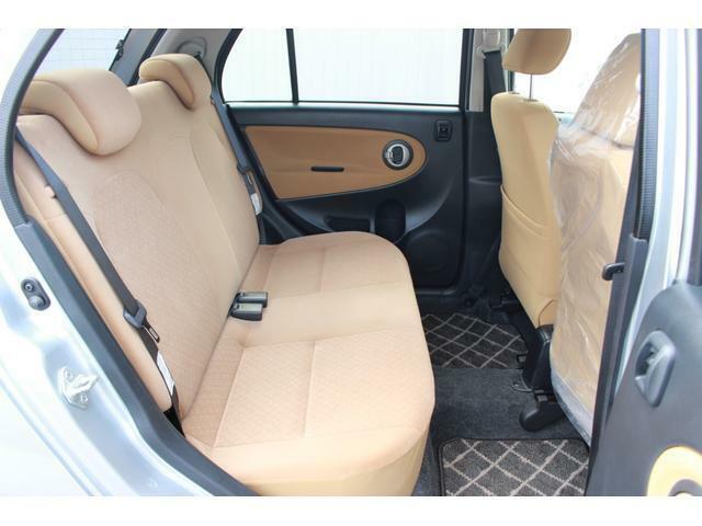 後部座席はコンパクトながらもゆったりとくつろげます。