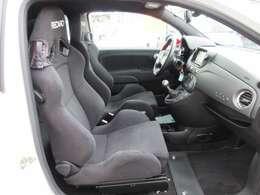 助手席周りも素晴らしいコンディションが保たれております♪ 足元まで広々しており、より快適な車内空間になります♪ 長距離ドライブでも安心ですね♪