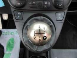 希少な5速マニュアルミッション搭載♪ 左ハンドル車ならではのシフトパターン♪ 気持ちの良いフィーリングとなります♪