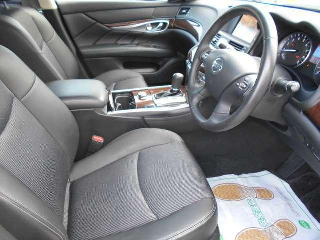 フロントシートも目立つ汚れなくキレイだと思います♪パネル等も派手な汚れや傷なく比較的キレイです!!